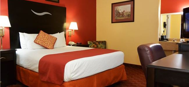 Queen Guestroom at Manor Inn College Station
